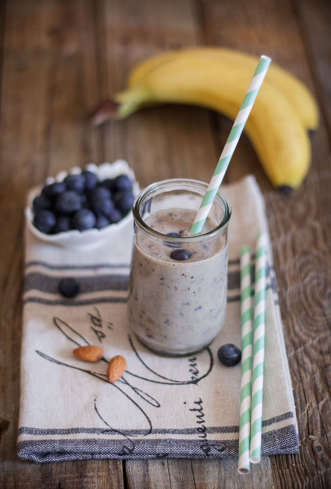 Smoothie alla banana e mirtilli con latte di mandorla (1)