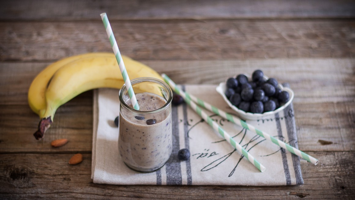 Smoothie alla banana e mirtilli con latte di mandorla (3)