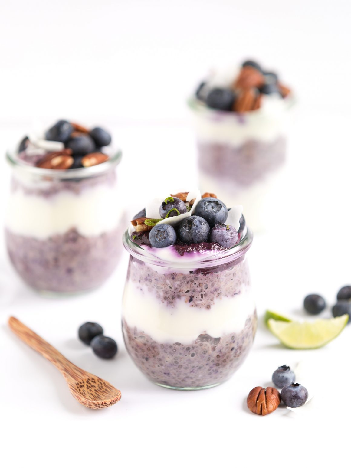overnight avena ai mirtilli blueberry oatmeal con marmellata raw di mirtilli e semi di chia